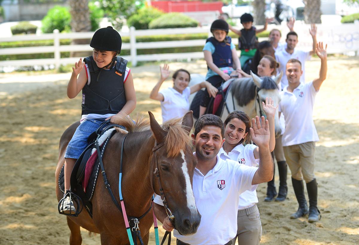 Türkiye Jokey Kulübü ile engelli çocuklara At'la Terapi