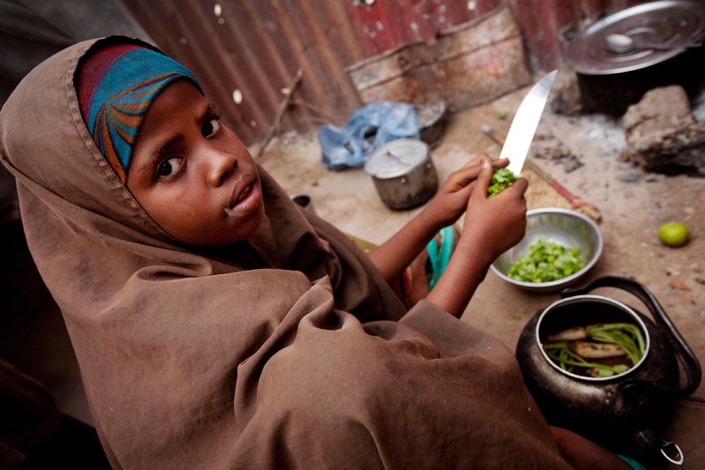 UNICEF: Kız çocukları evde daha çok iş yapıyor