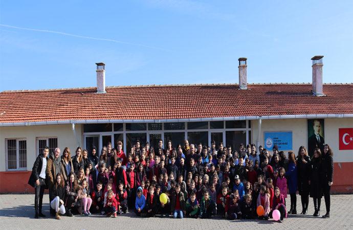 """FMV Işık Okulları öğrencileri """"Işıklı Gelecekler"""" projesiyle Edirne'deki kardeşlerine destek oldu"""
