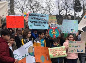 Öğrenciler iklim değişikliğiyle mücadele için grevde