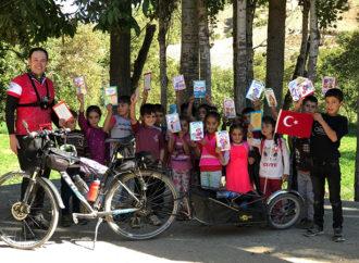 Bisikletli kütüphaneci köy okullarını kitaplarla buluşturuyor