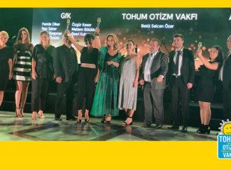 Tohum Otizm Vakfı'na Altın Sosyal Baykuş ödülü