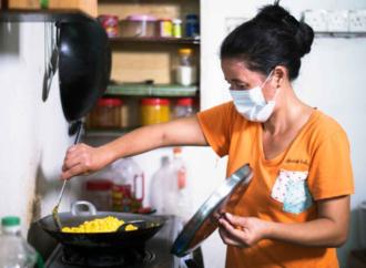 Mülteci aileler gıda dağıtım işinde