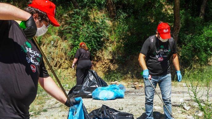 Eker çalışanları, ormanlık alanda çöp topladı